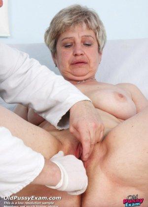 Женщина в зрелом возрасте показывает себя со всех сторон опытному врачу, раздвигая перед ним ноги - фото 9