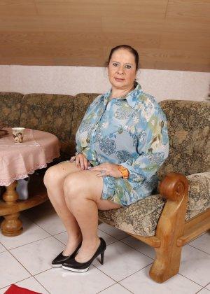 Зрелая леди с большой грудью соблазняет своих преданных поклонников - фото 5