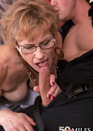 Зрелая тетка в чулках сделала молодому минет и дала в жопку - фото 10