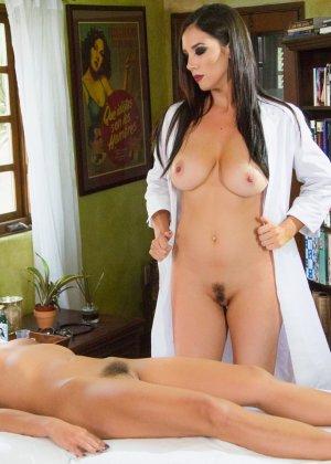 Симпатичная врачиха показывает пациентке, как можно расслабиться и самостоятельно получить удовольствие - фото 6