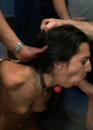 Девушка настолько раскована, что готова к групповому сексу даже связанная и с закрытыми глазами - фото 12