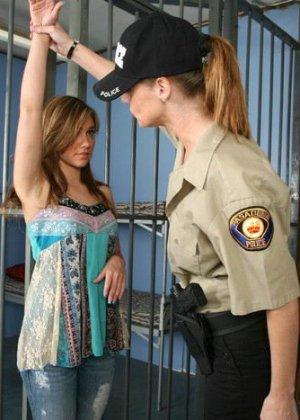 Девушка оказывается в полиции, где ей устраивают тщательный досмотр, но она остается даже довольна - фото 2