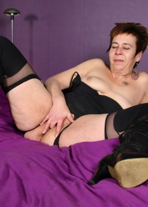 Зрелая женщина в эротичном костюме показывает себя всю, принимая самые откровенные позы - фото 15