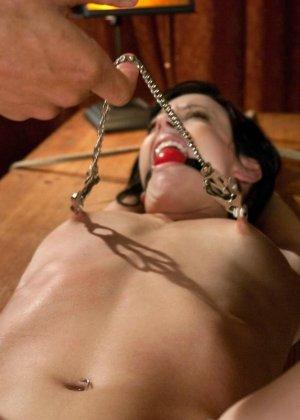 Рисковая дамочка разрешает испытывать свое тело на прочность с помощью некоторых предметов - фото 14
