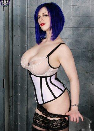 Женщина с синими волосами оголяет свой бюст и показывает розовую промежность крупным планом - фото 5