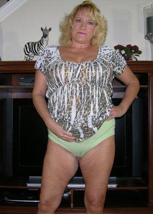 Чужая соседская жена показывает свою старенькую натуральную грудь - фото 3