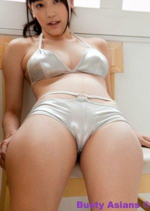 Красивая азиатская модель позирует на камеру в брутальных бикини - фото 9