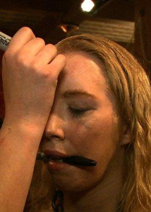 Девушка готова на множество унижений - ей нравятся различные эксперименты со своим телом - фото 14