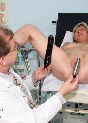 Женщина с удовольствием раздвигает ноги перед опытным гинекологом и даже получает удовольствие от осмотра - фото 13