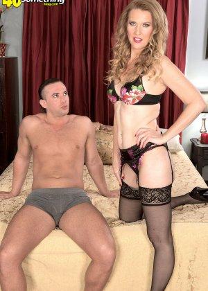 Блондинистая проститутка в чулках ебется на износ с любовником - фото 7