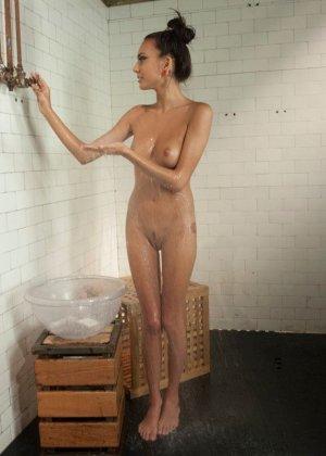 Дженис Гриффит сначала полностью моется, а затем переходит в комнату с установленной секс-игрушкой - фото 2