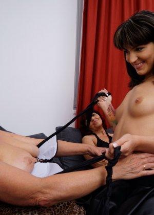 Три женщины показывают, как они умеют развлекаться в обществе друг друга, искусно орудуя язычками - фото 13