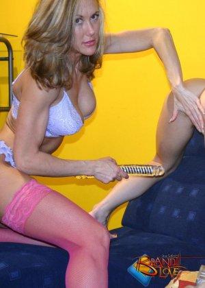 Бренди Лав занимается страстным сексом со своей подругой лесбиянкой, трахая ее большим фаллоимитатором - фото 3