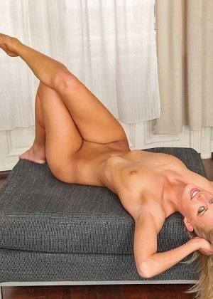 Блондинистой девчушке заперли пенис в анальное отверстие и ротик - фото 10