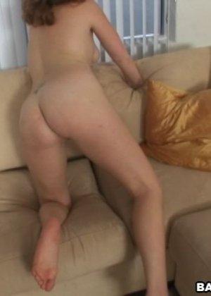 Мужчина снимает от первого лица, как пышная дамочка наглаживает его член через брюки и наслаждается этим - фото 7