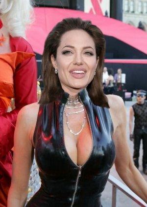 Анжелина Джоли может показаться на этих фото знатной развратницей, если не обращать внимания на фотошоп - фото 15