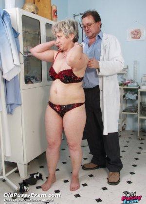 Женщина в возрасте приходит на прием к врачу и получает удовольствие от тщательного осмотра - фото 15