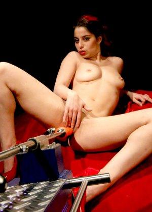 Секс-машина удовлетворяет похотливую самочку, которая с давних времен мечтает получить яркий оргазм - фото 6