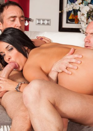 Мужик со своим другом жарят елитную проститутку в два ствола - фото 10