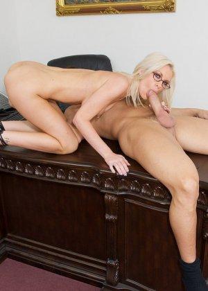 Телка вызывает своего подчиненного в кабинет, она не носит трусов, чтобы ее киску могли обработать без лишней суеты - фото 12