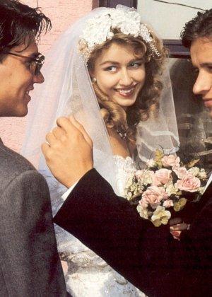 Довольную невесту делят между собой два мужчины, давая ей понять кайф двойного проникновения - фото 4