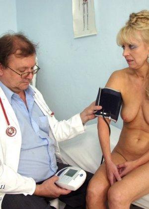 Доктор заботливо принимает свою пациентку и дает себя рассмотреть со всех сторон, не стесняясь своего тела - фото 7