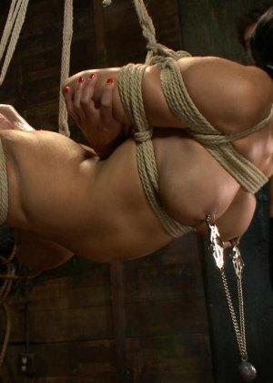 БДСМ с элементами жестокого порева заканчивается самым ярким оргазмом в жизни брюнетки - фото 14