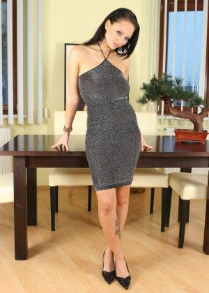 Очаровательная брюнетка эротично сняла платье и показала миру свои большие сиськи с крупными сосками - фото 1