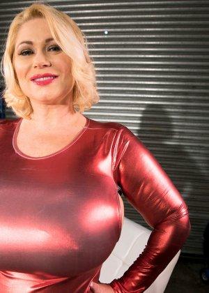 Пухлая блондинка снимет красное сексуальное платье, чтобы мужики пустили слюну на аппетитный бюст - фото 8