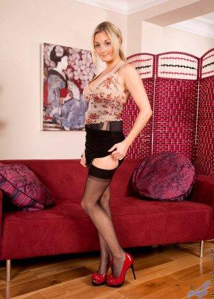 Блондинка устраивается на диванчике, чтобы развлечь свою возбужденную киску с помощью вибратора - фото 1
