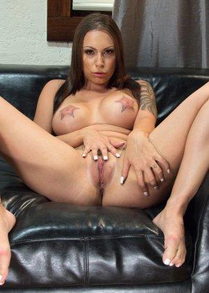 Рисковая девушка соглашается на сумасшедший секс с несколькими мужчинами и разрешает им все - фото 7