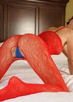 Развратная брюнетка в красном желает секса на белоснежной постели - фото 7