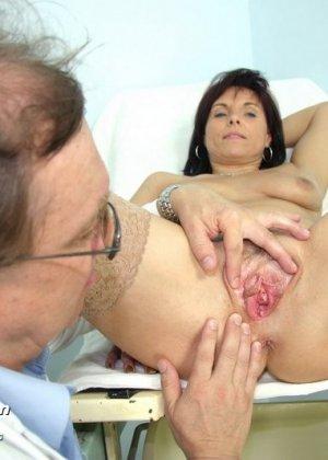 Гинеколог очень любит рассматривать женские влагалища, поэтому делает это с особым удовольствием - фото 8