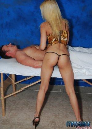 Крашеная блондинка работает в салоне эротического массажа, она пользуется особым спросом - фото 6