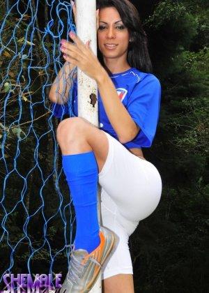 Горячая футболистка когда сняла с себя трусики оказалась вовсе не девушкой - фото 4