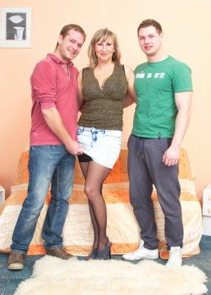 Два молодых парня стараются угодить зрелой женщине, ублажая ее с помощью нежных ласк - фото 1