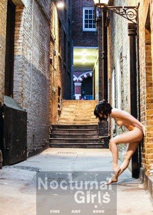 Девушка принимает участие в откровенной фотосессии на улицах города в обнаженном виде - фото 6