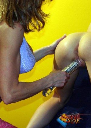 Бренди Лав занимается страстным сексом со своей подругой лесбиянкой, трахая ее большим фаллоимитатором - фото 6