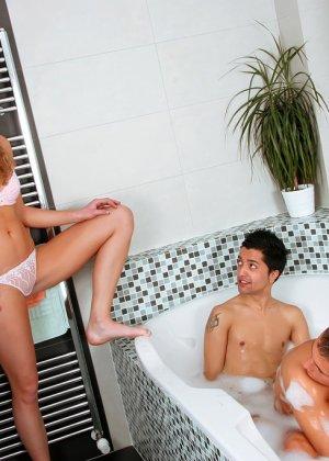 Семейная пара приглашает в свою ванну еще одного мужика, муж давно хотел взять в рот член - фото 3