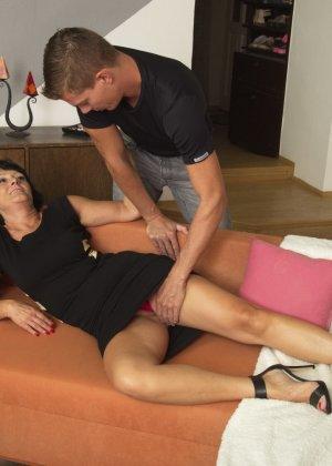 Молодой красавчик доставляет удовольствие зрелой женщине, даря ласке ее немолодой груди - фото 7