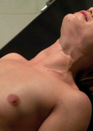 Зрела блондинка приходит на свидание, но ее связывают и ебут секс-машиной - фото 7