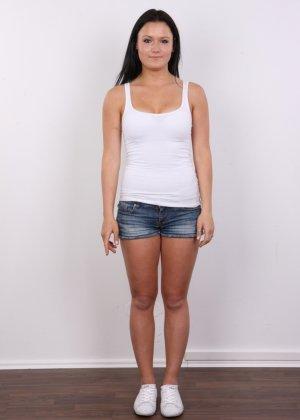 Женщина с темными волосами хвастается гладко выбритой промежностью - фото 1
