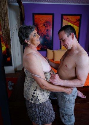 Женщина в почтенном возрасте соблазняет молодого мужчину и он устраивает ей хорошую еблю - фото 11