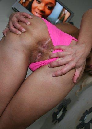 Блондинка Амика спустив с себя мокренькие трусики ебется с негром - фото 3