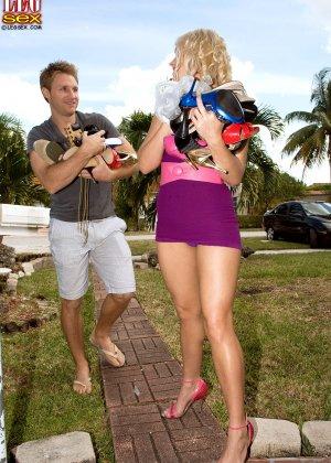 Жейден Пирсон примеряет на себя разные туфельки и позволяет целовать свои ножки, одновременно подставляя пизду - фото 5