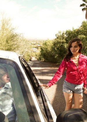 В машине паренек засадил в ротик своей обалденной влажной сучке - фото 10