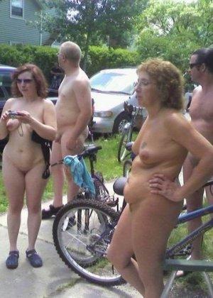 Фотографии с нудистских фото сессий: раскованные девушки и парни не стесняются своих голых тел - фото 7