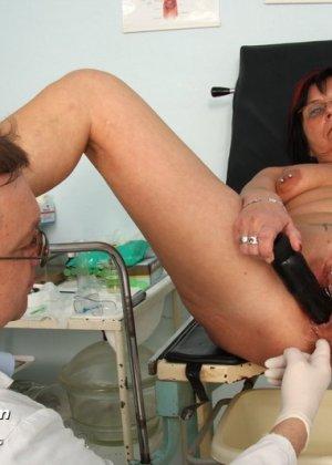 Врач-гинеколог устраивает полный осмотр зрелой женщине – похоже, что она получает от этого удовольствие - фото 14