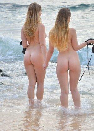 Николь и Вероника с удовольствием демонстрируют свои сиськи и щели на нудистском пляже - фото 9