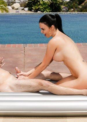 Красивая женщина делает эротический массаж на природе, ее умению может позавидовать любая путана - фото 10